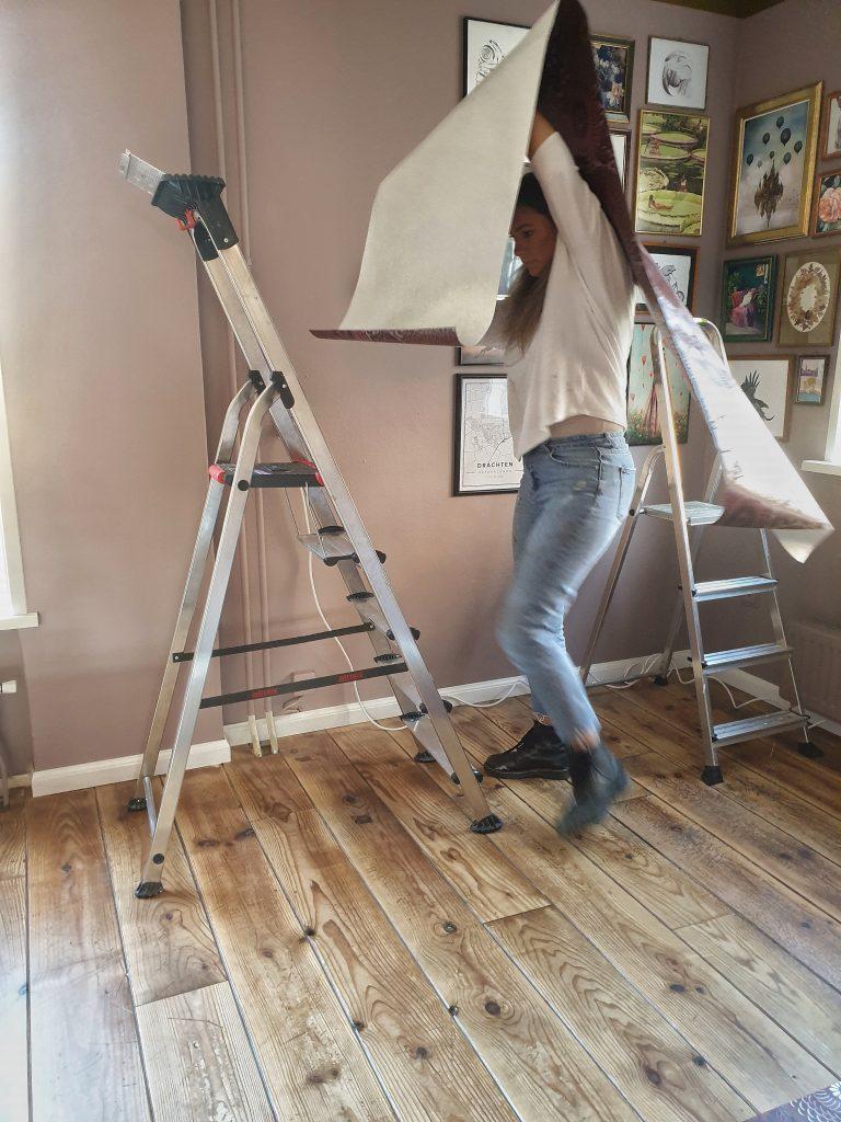 Met een strooke behang het trapje op..